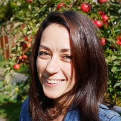 """Dora Biro, zooložka na Oxford University: """"Datech z GPS jasně dokládají, že špatně informovaný vedoucí v hejnu o svou vedoucí pozici  rychle přijde"""". Kredit:  Oxfrd Univ."""