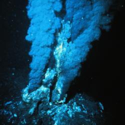 Podmořský kuřák v Atlantickém oceánu. Kredit: P. Rona / Wikimedia Commons.