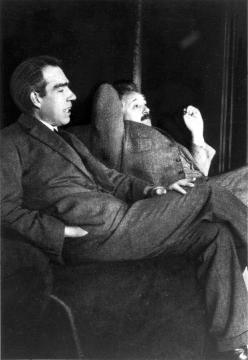 Niels Bohr a Albert Einstein při debatách o kvantové teorii, snímek Paula Ehrenfesta (kredit: Wikimedia Commons)