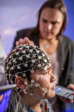 Na lékařské fakultě UNC v laboratoři Dr. Frohlicha cíleně stimulují pacientům s MDD prefrontální oblast mozku. Normalizací oscilací v pásmu alfa je zbavují tíživých psychických bolestí. Kredit: Brian Strickland, UNC.