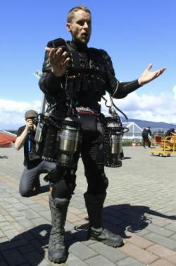 … a předvedl účastníkům jak umí létat (Kredit: TED, pramen Physorg)