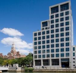 Jedna z budov Brown university. Univerzita je soukromou institucí se sídlem ve městě Providence (stát Rhode Island). V Americe je velmi populární, neboť patří do prestižního uskupení přezdívaného Břečťanová liga. Foto kredit: Biscotti999, Wikipedia, CC BY-SA 3.0.