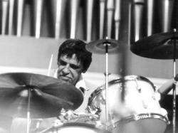 """Bernard """"Buddy"""" Rich,americkýjazzovýbubeníkje označován za jednoho z nejgeniálnějších světových bubeníků s virtuózní technikou zvládající velké množství bubenických udělátek. (Foto: Paul Spürk, CC BY 3.0, Wikipedia)"""