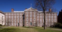 """Brownova univerzita (zkráceně Brown) sídlí ve městěProvidencevamerickémstátěRhode Island. Spolu s Cornell University, Harvard University, Princeton University, Yale,... se řadí k uskupení """"Břečťanová liga"""".  Na snímku je University Hall (1823). Protože universita nese jméno mecenášů z rodiny Brownů, je pochopitelně hnědá. (Kredit: BU)"""