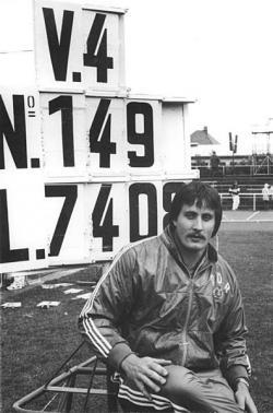 Německý diskař Jürgen Schult krátce po vytvoření svého stále platného světového rekordu 74,08 metru v roce 1986. Kredit: Bundesarchiv, Bild 183-1986-0608-300 / CC-BY-SA 3.0