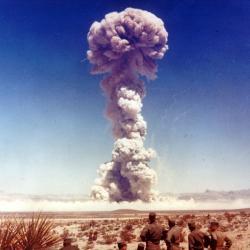 Jaderný test série Buster-Jangle (1951). Kredit: National Nuclear Security Administration.