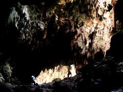 Vnitřní prostor jeskyně Callao Cave na ostrově Luzon. Kredit: Ervin Malicdem. Snímek pořízen v roce 2013. CC BY-SA 4.0         https://en.wikipedia.org/wiki/Callao_Cave#/media/File:Callao_Cave.jpg       Další obrázky z vykopávek projektu CALLAO CAVE ARCHAEOLOGY PROJECT jsou přístupné na stránce NG zde.