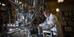 Konstantinos Giapis se svým reaktorem. Kredit: Caltech.