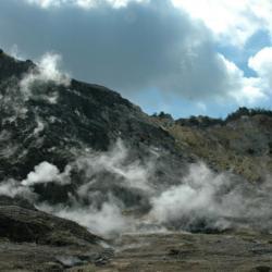 Na Flegrejských polích stoupá dým z fumarol. Kredit: Manuel Mauer / Wikimedia Commons.