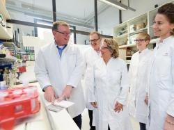 Prof. Dr. Andreas Zimmer (vlevo) a Severní Porýní-Vestfálsko ministr pro vědu Svenja Schulze (uprostřed) v laboratoři Ústavu molekulární psychiatrie na univerzitě v Bonnu. Kredit: Volker Lannert / Uni Bonn.