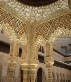 Kamenná klenba v Alhambře. (Foto: TimBray, Wikipedia)