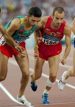 Famózní marocký běžecHicham El Gouerrouj(vlevo) je dosud držitelem světových rekordů v běhu na 1500 metrů, 1 míli (1609,35 m) i 2000 metrů. V hale pak stále drží světové rekordy v bězích na 1500 metrů a 1 míli. Těchto fantastických výkonů dosáhl na konci 90. let minulého století. Zde na snímku z Olympijských her v Athénách v roce 2004.Kredit:Elporfavor, Wikipedie (CC BY-SA 4.0)