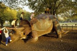 """Děti milují dinosaury, a to nejenom ty """"žijící"""", dostupné například v podobě kuřecích nugetů. Skutečná fascinace pravěkým světem a jeho obyvateli je pro děti v určitém věku typická. Říká se tomu """"dinosauří období"""". Kredit: Carol M. Highsmith, Wikipedie (volné dílo)"""