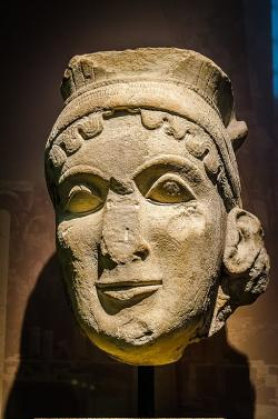Hlava Héry ze sakrální sochy jejího chrámu v Olympii, 560 před n. l. Archeologické muzeum v Olympii. Kredit: Wikimedia Commons.
