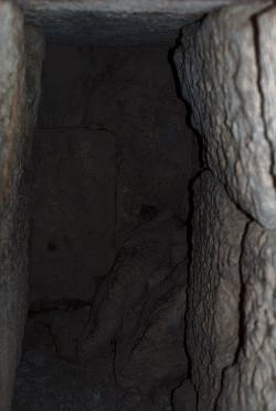 Zatarasená cesta k věštírně v podzemí opakovaně přestavovaného Apollónova chrámu v Delfách, u Dionýsova hrobu. Kredit: Wikimedia Commons.