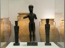 Létó, Apollón a Artemis z Apollónova chrám u Dreros na Krétě. Nejstarší známé řecké bronzové sochy kované z plechu, 750 před n. l. Archeologické muzeum v Hérakliu (Herakleonu). Kredit: Wikimedia Commons.