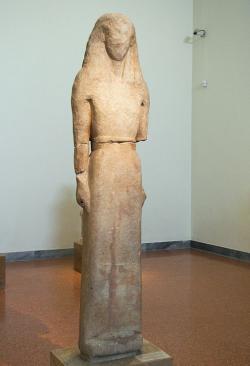 """""""Níkandra z Naxu Artemidě na Délos"""", 650 před n. l. Národní archeologické muzeum v Athénách. Kredit: Wikimedia Commons."""
