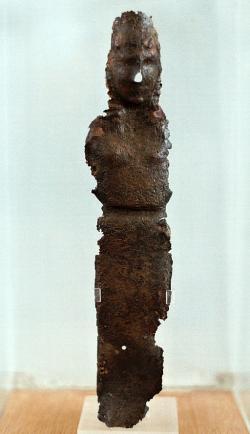Artemis z bronzového plechu ze svatyně v Braurónu, xoanon, 7. století před n. l., muzeum v Braurónu (Vraone). Kredit: Wikimedia Commons