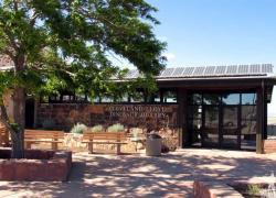Vchod do expozice muzea Cleveland-Lloyd Dinosaur Quarry. Dnes toto místo představuje také významnou turistickou destinaci na území Utahu. Kredit: R. M. Warnick, Wikipedie (volné dílo)