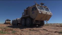 Autonomní vojenský náklaďák stechnologií Leader Follower. Kredit: DVIDS.