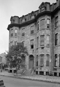 Copeova rezidence na Pine Street ve Filadelfii. Zde měl do roku 1897 uskladněnou část svých paleontologických sbírek. Kolosální obratel maraapunisaura však byl zřejmě uložen jinde, ve skladišti Memorial Hall ve Fairmontově parku. Kredit: Jack Boucher, Wikipedie (volné dílo)