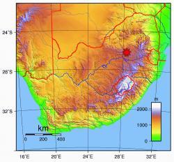 """Sterkfonteinské jeskyně, místo nálezu staršího australopitéka než je Lucy a pojmenovaného Little Foot. Oblast patří kesvětovému dědictvíUNESCO a přezdívá se jí """"kolébka lidstva"""". Kredit: Chartep"""