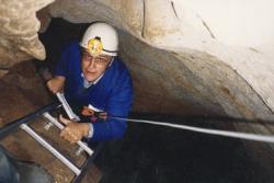 David Lewis-Williams při sestupu do jedné části jeskyně Chauvet. (Foto: Jean Clottes/Geoff Blundell, Wikipedia, CC BY-SA 3.0)