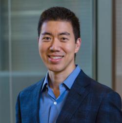 """David Liu je profesorem chemie na Harvardu a vedoucím kolektivu, který informuje o vylepšení techniky CRISPR: Pokud jsou CRISPR-Cas9 a další programovatelné nukleasy jako nůžky a základní editory tužkami, potom """"prime editing"""" je něco jako využití procesorů hledajících cílové sekvence v DNA vybavených schopností přesně nahradit chybný text správnými editovanými DNA sekvencemi. Kredit: Casey Atkins."""