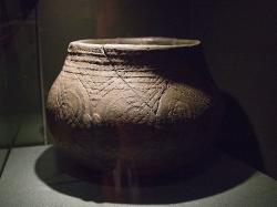Nádoba šáreckého typu, Praha. Neolit, kolem 4700 před n. l. Muzeum hlavního města Prahy. Kredit: Zde, Wikimedia Commons.