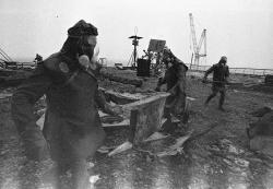 Dekontaminace střechy a odstraňování zbytků grafitu zaktivní zóny vreálu (zdroj Igor Kostin, http://www.chernobylgallery.com)