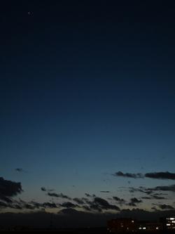 Venuše a Merkur 10. 2. 2002 v18:04 zPrahy. Na WC se po posunutí kurzoru na fotku objeví naváděcí rámečky na oba aktéry. Kredit: Zde, Wikimedia Commons.