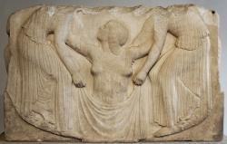 """Zrození Afrodíty. Dvě služebné pomáhají Afrodítě z příboje, poté co se zrodila z """"mořské pěny"""", asi 460 před n. l. Ludovisi Collection v Římě. Kredit: Marie-Lan Nguyen, Wikimedia Commons."""