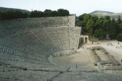 Starověké divadlo v Epidauru (panoramatický snímek) Zdroj: Wikimedia Commons