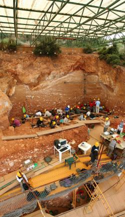 Pohled na probíhající vykopávky v jedné z lokalit  Atapuerca (Kredit: Mario Modesto Mata)