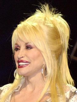 Slavná americká country zpěvačky Dolly Parton v Nashvillu, Tennessee, 2005. (Volné dílo).