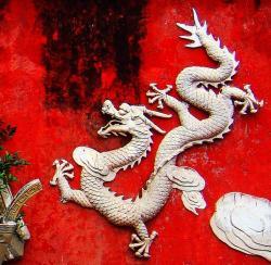 Drak je v Číně symbolem zobrazovaným již po tisíciletí. Mnohé náhodné objevy dinosauřích fosilií mohly v minulosti k víře v draky a další nadpozemské bytosti značnou měrou přispět. Kredit: Anna Frodesiak, Wikipedie (CC0)