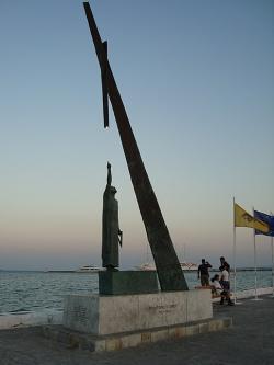 Pythagorův pomník v Pythagoreiu na ostrově Samu, pozdní 20. století. Kredit: Njaker, Wikimedia Commons