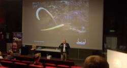 Momentka z prezentaceholandského badatele Dicka Mola, který zachránil ze sibiřského permafrostu již nejednu skvěle zachovanou mršinu mamuta srstnatého. Kredit: Autor článku