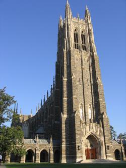 """Duke University je soukromá univerzita v Durhamu v americkém státě Severní Karolína. Ve studiích """"výkonnostních továren na experty"""" se pohybuje spolu s Massachusettským technologickým institutem okolo sedmého místa nejlepších amerických vzdělávacích a výzkumných institucí. Na snímku je univerzitní kaple."""