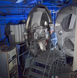 Dveře vakuové komory s nově vyvíjeným iontovým motorem NEXT se zavřely v roce 2005 a až do letošního roku 2013 probíhal jeho dlouhodobý test (zdroj NASA).