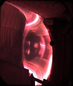 Žhavé plazma vreaktoru EAST (2017). Kredit: Gao et al. (2017), Nuclear Fusion, CC BY 3.0