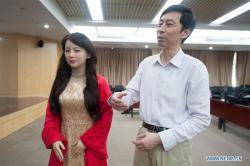 Jiajia v doprovdu Chen Xiaoping(a), vedoucího výzkumného týmu na University of Science. [Photo / Xinhua]