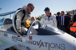Pilot Didier Esteyne vystupuje ve Francii z kopkitu E-Fanu (Kredit: Airbus)