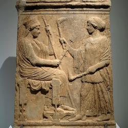 Démétér drží klasy a žezlo, Koré kní přichází s pochodněmi, 500 až 475 před n. l. Archeologické muzeum vEleusině 5085. Kredit: Davide Mauro, Wikimedia Commons.
