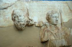 """Detail z votivního reliéfu: Hádés je popsaný jako """"Plútón"""" a Koré jako """"bohyně"""", 100 až 90 před n. l. Archeologické muzeum v Eleusině 5079. Kredit: Zde, Wikimedia Commons."""
