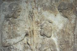 Votivní reliéf z Eleusiny: vlevo Démétér, uprostřed Triptolemos, vpravo Koré (Persefoné), 440 až 430 před n. l. Národní archeologické muzeum v Athénách 126. Kredit: Zde, Wikimedia Commons.