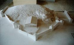 Rekonstrukce posvátného okrsku v Eleusině ve stavu v klasické době. Hala zasvěcení je uprostřed, malá podsvětní svatyně vpravo. Archeologické muzeum v Eleusině. Kredit: Zde, Wikimedia Commons.