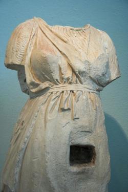 Mramorová socha bohyně v životní velikosti se schránkou na identifikační obětiny. Archeologické muzeum v Eleusině 5140. Kredit: Zde, Wikimedia Commons.