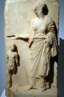 Persefoné očišťuje zasvěcence, asi 400 před n. l. Archeologické muzeum v Eleusině. Kredit: Davide Mauro, Wikimedia Commons.