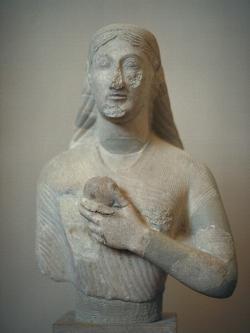 Koré, a ne tak ledajaká všeobecná, možná málem Persefoné, s granátovým jablíčkem a zásvětním pohledem, asi 500 před n. l. Muzeum athénské akropole (staré). Kredit: Zde, Wikimedia Commons .